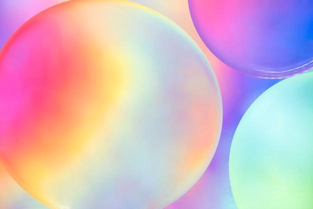 背景をぼかした写真に抽象的なカラフルなオイルの泡 無料写真