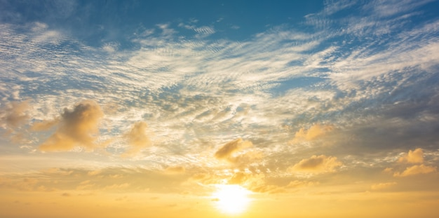 Абстрактное красочное небо с видом на закат вечером или фоне восхода и облаков Premium Фотографии