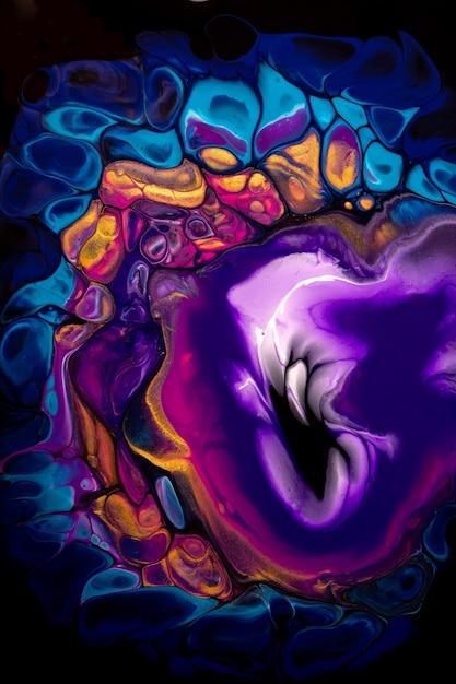 검은 배경에 보라색과 파란색 색상에 추상 유체 예술. 그라데이션 캔버스에 액체 아크릴 페인팅. 불꽃 패턴 수채화 배경입니다. 프리미엄 사진