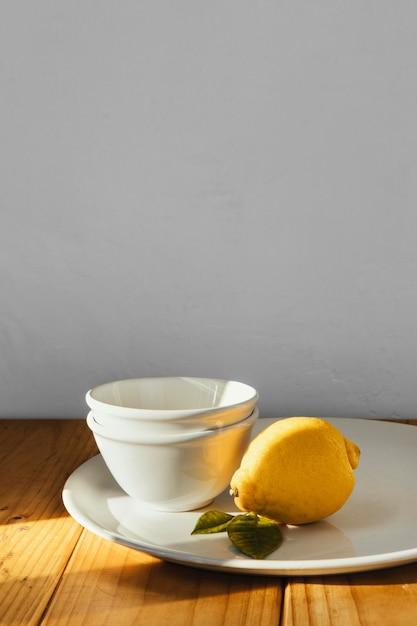 추상 최소한의 개념 레몬과 접시 무료 사진