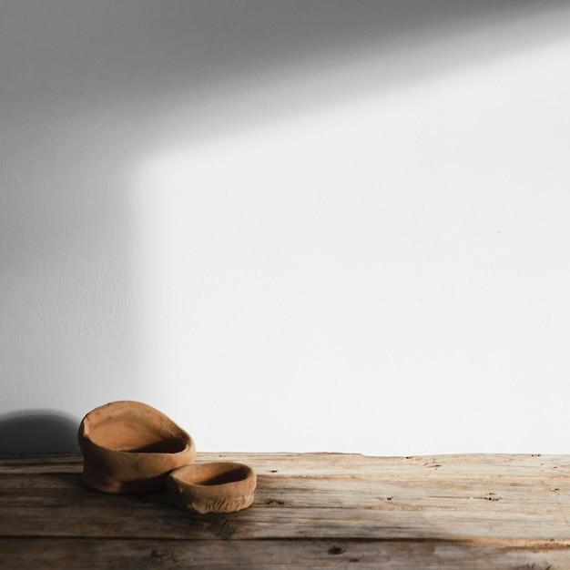Абстрактные минимальные концептуальные объекты с тенями на деревянном столе Бесплатные Фотографии