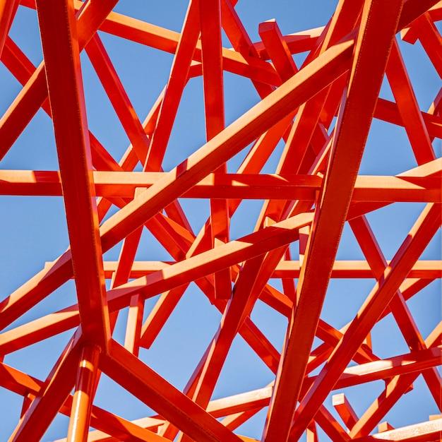 Costruzione rossa astratta e cielo blu Foto Gratuite