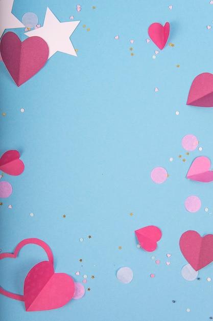 Абстрактная поверхность с бумажными сердечками, звездами на день святого валентина. голубая поверхность любви и чувства для плаката, баннера, поста, открытки Premium Фотографии