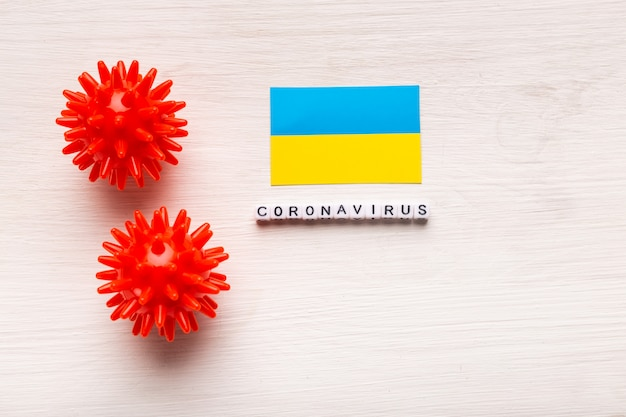 Абстрактный штамм вируса модели 2019-нков ближневосточного респираторного синдрома коронавируса или коронавируса covid-19 с текстом и флагом украины на белом фоне. Premium Фотографии