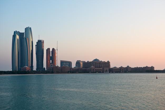 海からのアブダビの建物のスカイライン Premium写真