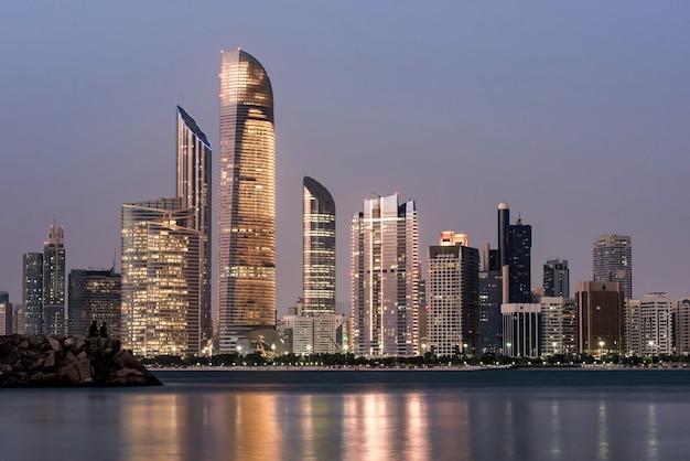 Морской пейзаж абу-даби с небоскребами Бесплатные Фотографии