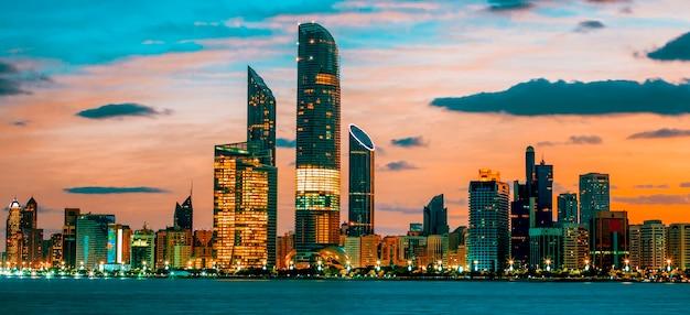 Горизонт абу-даби на закате, объединенные арабские эмираты Premium Фотографии