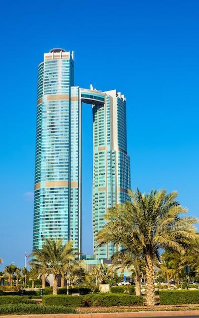 Абу-даби, оаэ - 29 декабря: башни нации. в башнях 52 и 65 этажей, они были построены в 2013 году и в них разместился отель st. regis. Premium Фотографии