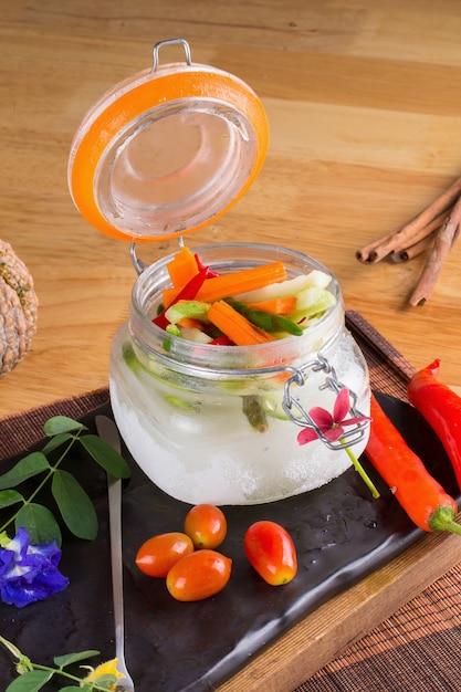Acar sayur、ワヤン自家製野菜ピクルス。 Premium写真