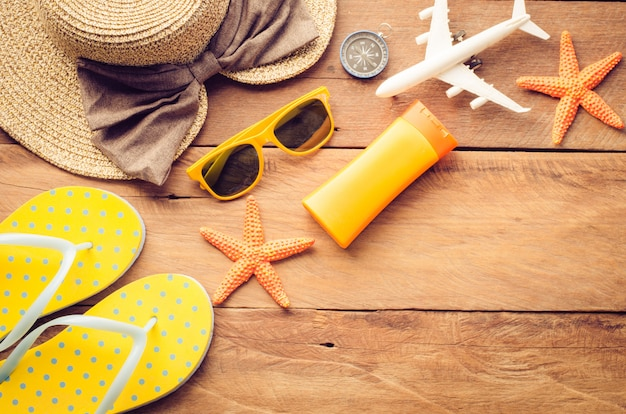 木製の床に夏の旅行のアクセサリーの衣装 Premium写真