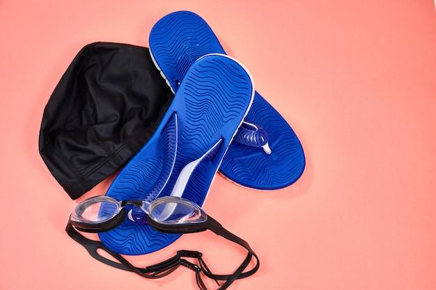 Аксессуары для плавания в бассейне, очки, кепка, сланцы Premium Фотографии