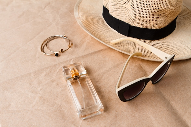Аксессуары солнцезащитные очки, парфюм и шляпа над поделкой Бесплатные Фотографии