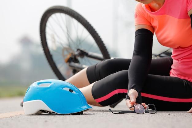 道路上の自転車での自動車事故 Premium写真