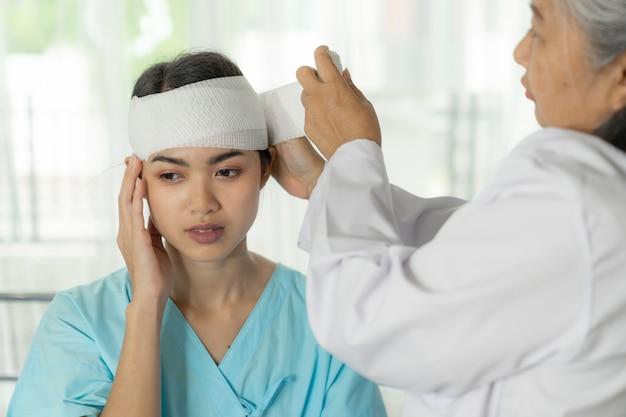 Donna di emicrania di lesione dei pazienti di incidente in ospedale - concetto medico Foto Gratuite