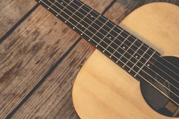 Chitarra acustica sulla parete di legno ... chitarra vintage Foto Gratuite