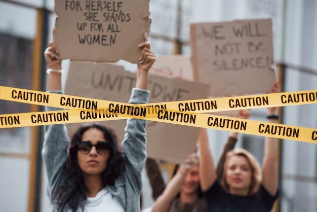 Активный и энергичный. группа женщин-феминисток протестует за свои права на открытом воздухе Бесплатные Фотографии