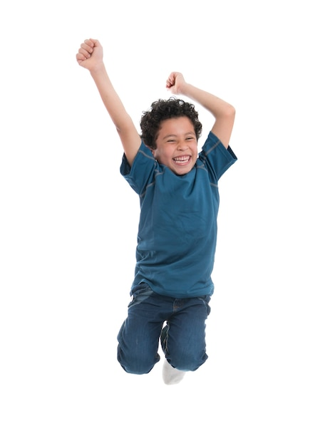 空中でジャンプする陽気な陽気な少年 Premium写真