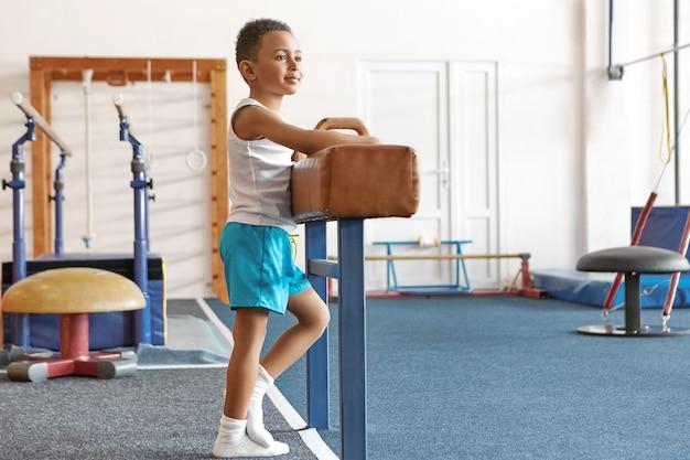Concetto di infanzia, salute, sport e ginnastica felice attivo. Foto Gratuite