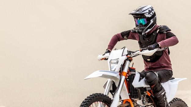 アクティブな男がバイクに乗って屋外 無料写真