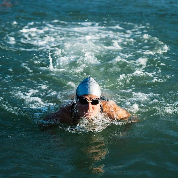 Giovane donna attiva che gode del nuoto Foto Gratuite