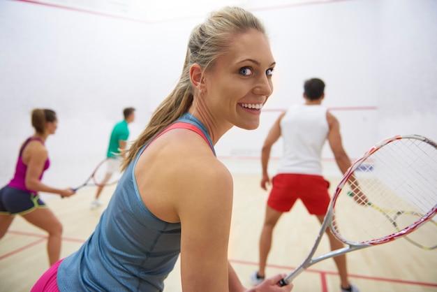 Giovani attivi che giocano a squash Foto Gratuite