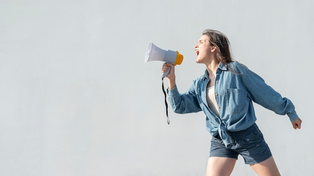 Активист с мегафоном кричит на демонстрации Бесплатные Фотографии