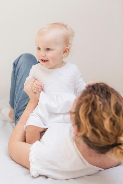 Прелестная девочка, играя с матерью Бесплатные Фотографии