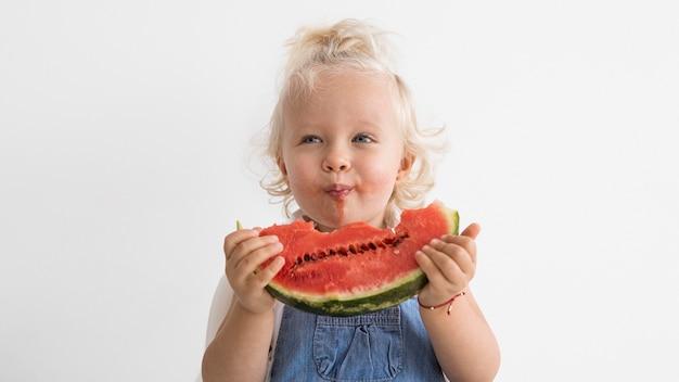 Adorabile bambino che gioca con il cibo Foto Gratuite
