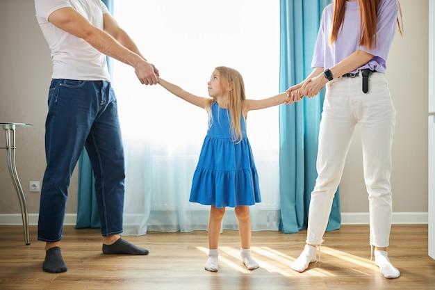 うつ病の両親の間の愛らしい白人の子供の女の子 Premium写真