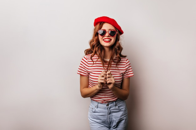 生姜髪が浮気している愛らしい白人の女の子。喜んでいるフランス人女性の写真はクールなサングラスをかけています。 無料写真