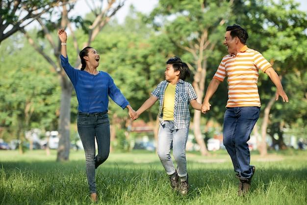 Очаровательная семья с удовольствием в парке Бесплатные Фотографии