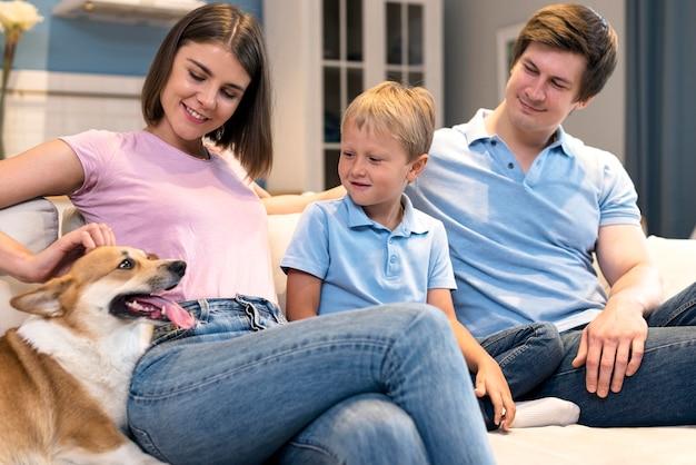 息子と犬と遊ぶ愛らしい家族 Premium写真