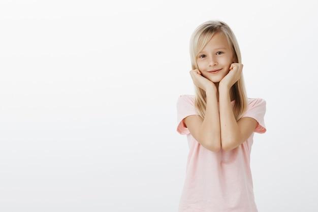 Очаровательная девушка смотрит с восхищением и восторгом Бесплатные Фотографии