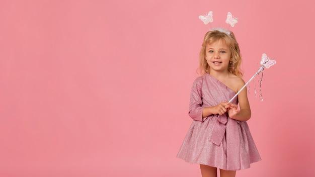 Adorabile ragazza con costume da fata e copia spazio Foto Gratuite