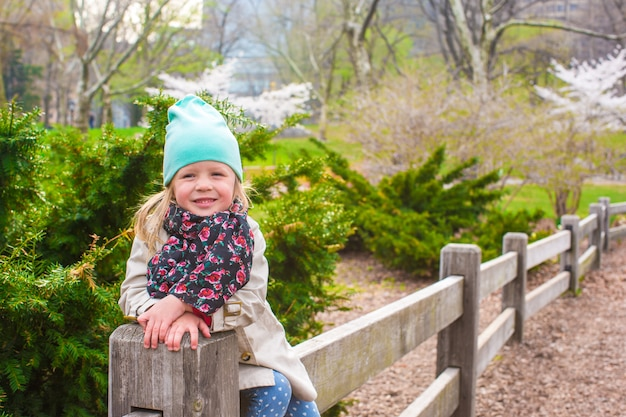 Adorable little girl in central park at new york Premium Photo