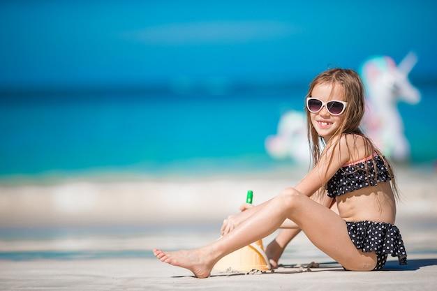 голые девочки маленькие Премиум Фото | Очаровательная маленькая девочка в купальнике ...
