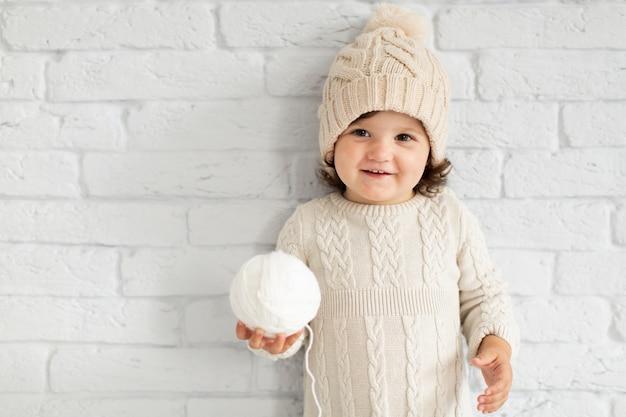 Очаровательная маленькая девочка предлагает снежок Бесплатные Фотографии