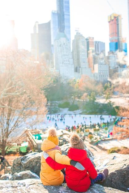 Очаровательные маленькие девочки в центральном парке в нью-йорке Premium Фотографии