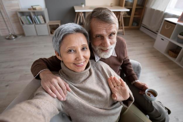 Очаровательная старшая пара, делающая селфи Бесплатные Фотографии