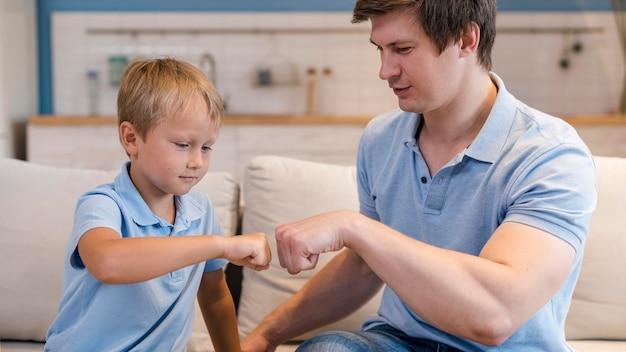 Очаровательный сын играет с отцом дома Бесплатные Фотографии
