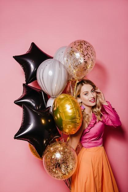 생일을 축 하하는 밝은 옷에 사랑스러운 여자 무료 사진