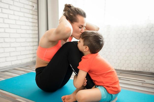 Тренировка прелестного молодого мальчика с матерью Бесплатные Фотографии