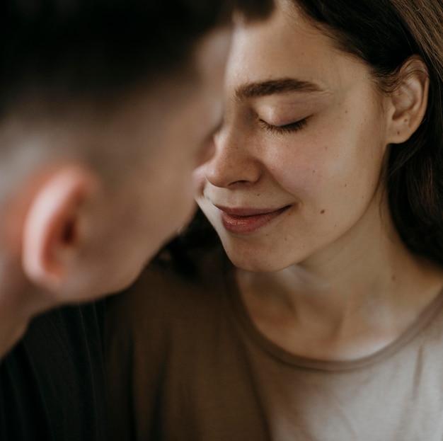 Очаровательная молодая влюбленная пара Premium Фотографии