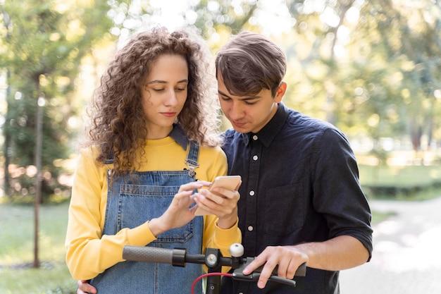 Очаровательная молодая пара вместе Бесплатные Фотографии