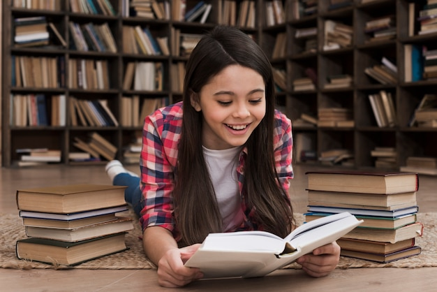 Очаровательная молодая девушка учится в библиотеке Бесплатные Фотографии