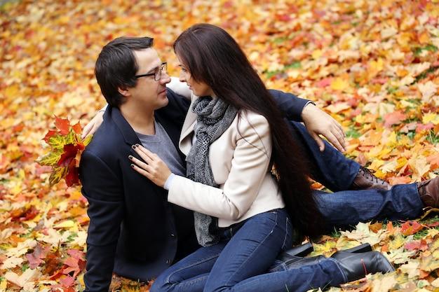 公園で良い家族の日を過ごしている大人のカップル 無料写真