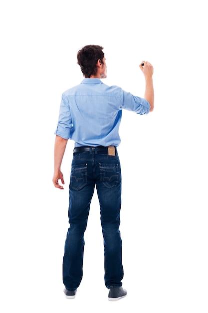 Взрослый мужчина пишет на пустой белой стене Бесплатные Фотографии