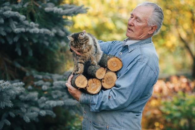 Взрослый мужчина держит дрова в руке Бесплатные Фотографии