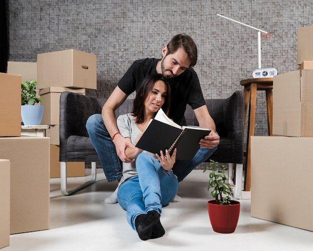 Adult man and woman planning relocation Premium Photo