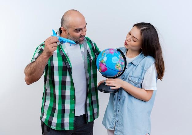 성인 여행자 부부는 모델 비행기와 여자 키스 제스처를 하 고 남자를 들고 감동 둘 다 지구본을보고 지구본을 들고 무료 사진